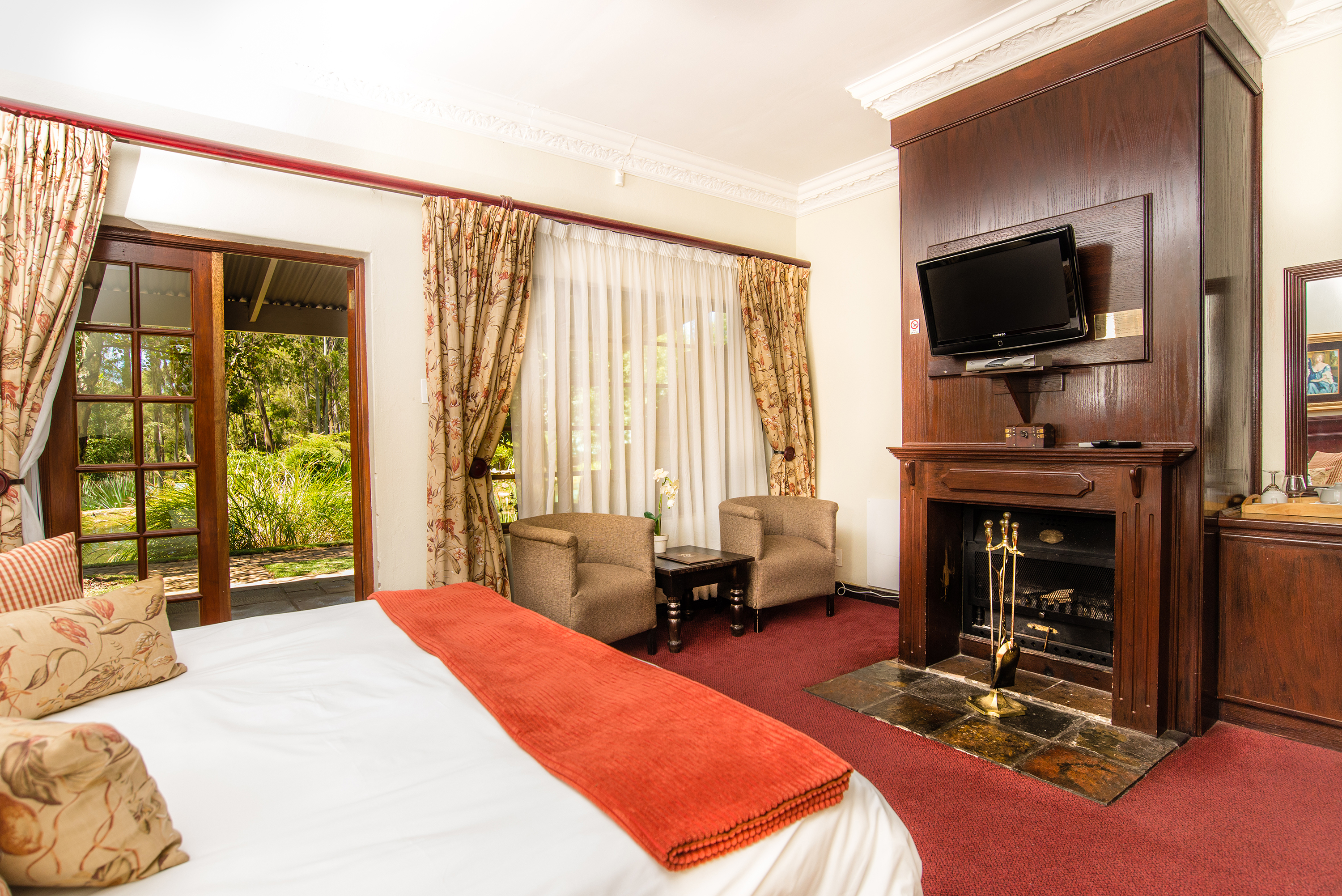 Country Lodge Suites: Cuddle up in front of the fire place during cold evenings